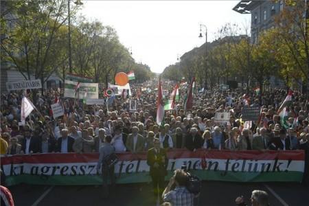 A Békemenet résztvevői az Andrássy úton vonulnak a Hősök tere felé