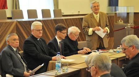 A Százak Tanácsa ünnepi ülése október 1-jén, Székesfehérváron - áll: Szijártó István, mellette ülnek: Andrásfalvy Bertalan, Cser-Palkovics András, Spányi Antal és Gedai István
