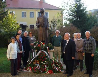 A koszorúkkal elhalmozott Bethlen-szobor mellett álló ünneplők között jobbra a második M. Szabó Imre, balra a második Bakos István