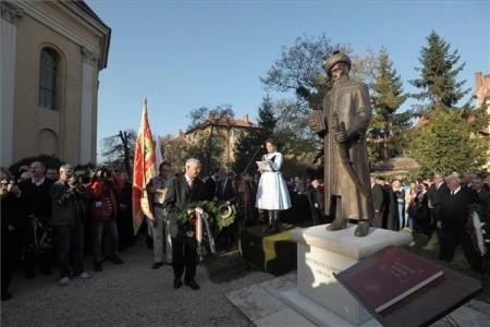 Balog Zoltán miniszter koszorút helyez el Bethlen Gábor fejedelem szobrának avatásán