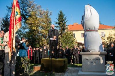 Bakos István, a Bethlen Gábor Alapítvány ügyvivő kurátora adta át a szobrot az Erdélyi Református Egyházkerületnek