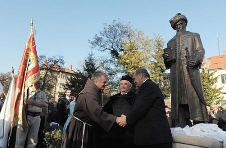Bethlen Gábor felavatott szobránál a három fővédnök kezet fog egymással, középen Kató Béla református püspök