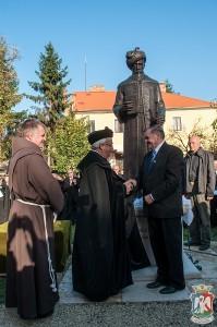 A nagy fejedelem felavatott szobra előtt áll a három fővédnök (jobbról balra): Lezsák Sándor, Kató Béla és Böjte Csaba