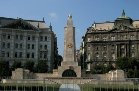 A Szabadság tér közepén áll a szovjet hősi emlékmű