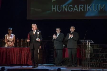 Dr. Béres József kezében a díjjal, a háttérben Lezsák Sándor, az Országgyűlés alelnöke és dr. Fazekas Sándor vidékfejlesztési miniszter, a Százak Tanácsa tagja