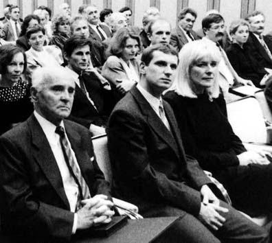 Borbándi Gyula (a kép bal oldalán) 1992-ben, ölében a Bethlen Gábor-díjjal